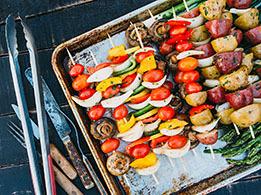 Für den Grill eignen sich alle Arten von Gemüse, von vorgekochten Artischocken, über Paprika bis hin zu mildem Fenchel.