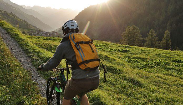 Mann fährt Mountainbike auf dem Berg
