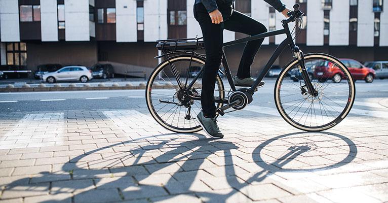 Radfahrer steht auf einem Platz