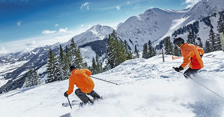 Älteres Paar fährt Ski