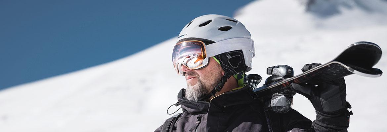 Skifahrer mit Helm und Skibrille