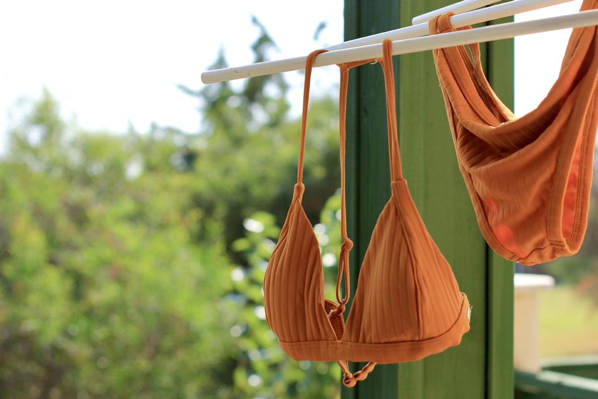 Oranger Bikini zum Trocknen aufgehängt