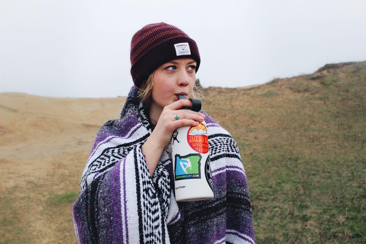 Frau trinkt aus einer Trinkflasche