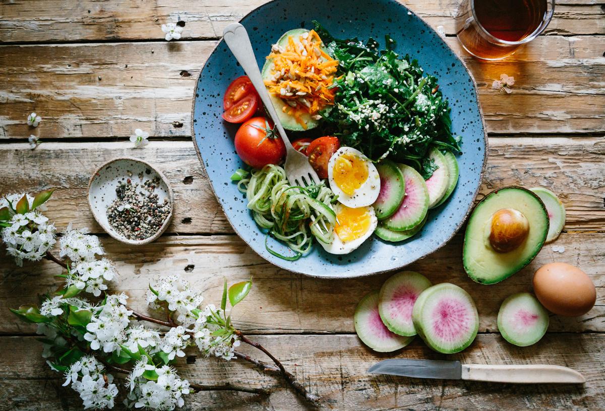 Teller mit verschiedenen Gemüsesorten